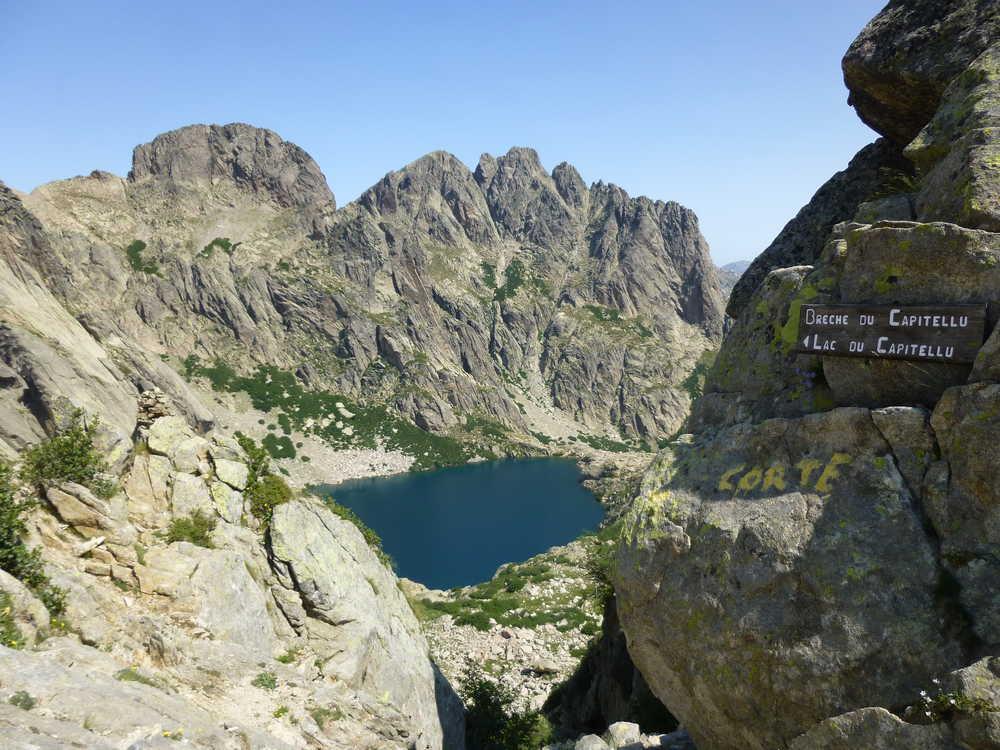 Brèche et vue sur le lac de Capitello