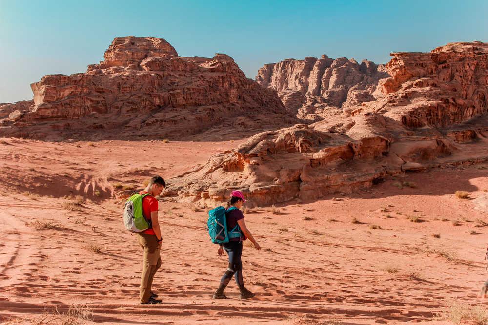 Couple de randonneurs dans le Wadi Rum en Jordanie