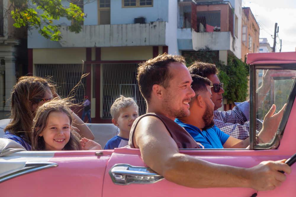 En famille dans une américaine à Cuba