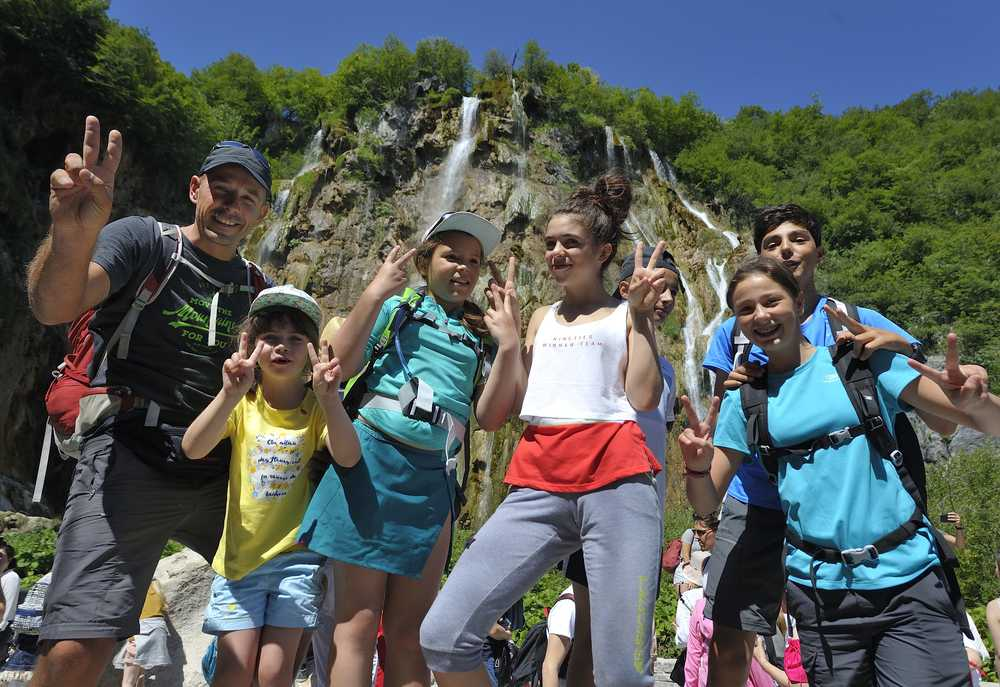 Groupe de voyageurs famille devant une cascade en Croatie