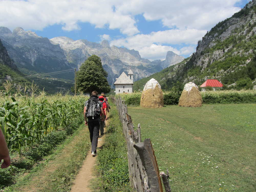 Randonnée dans la vallée de Teth dans les Alpes albanaises