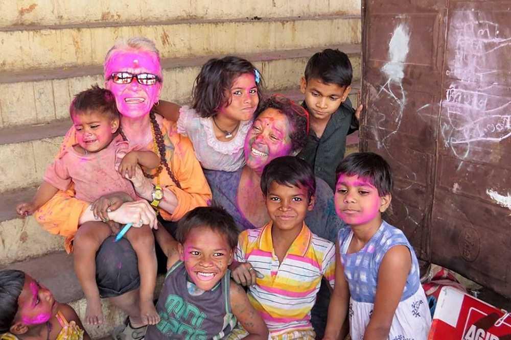 Rencontre colorée avec des enfants pendant le festival Holi