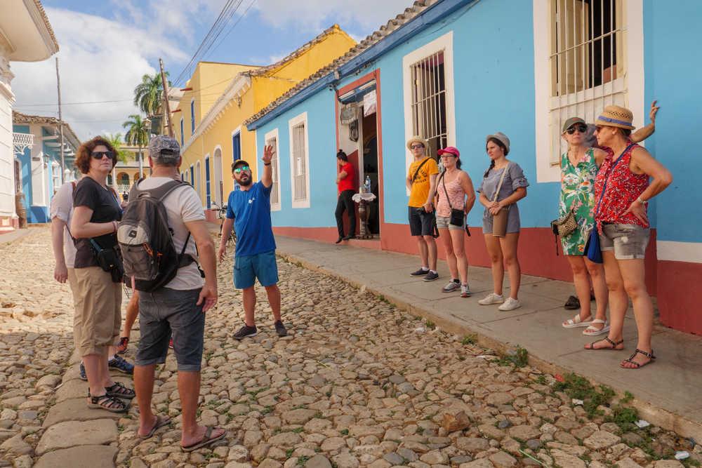 Voyageurs dans les rues colorées de Trinidad