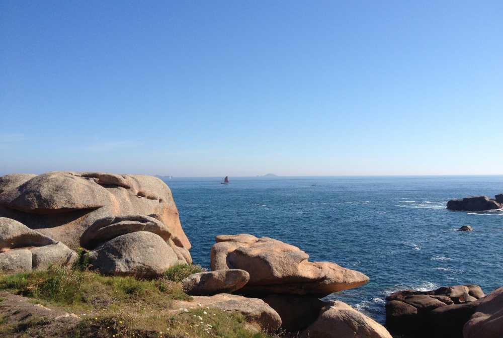 Paysage maritime depuis la terre sur la côte de Granit Rose
