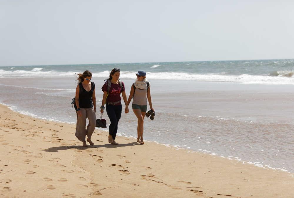 Randonneuses sur la plage, côte Atlantique