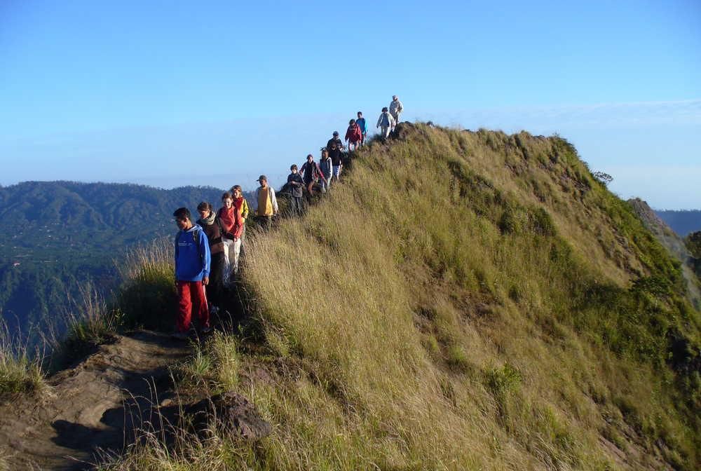 Randonneurs sur le sentier du Mont Batur