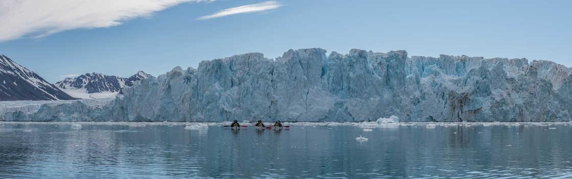 Kayak au pied du glacier de Monaco Spitzberg