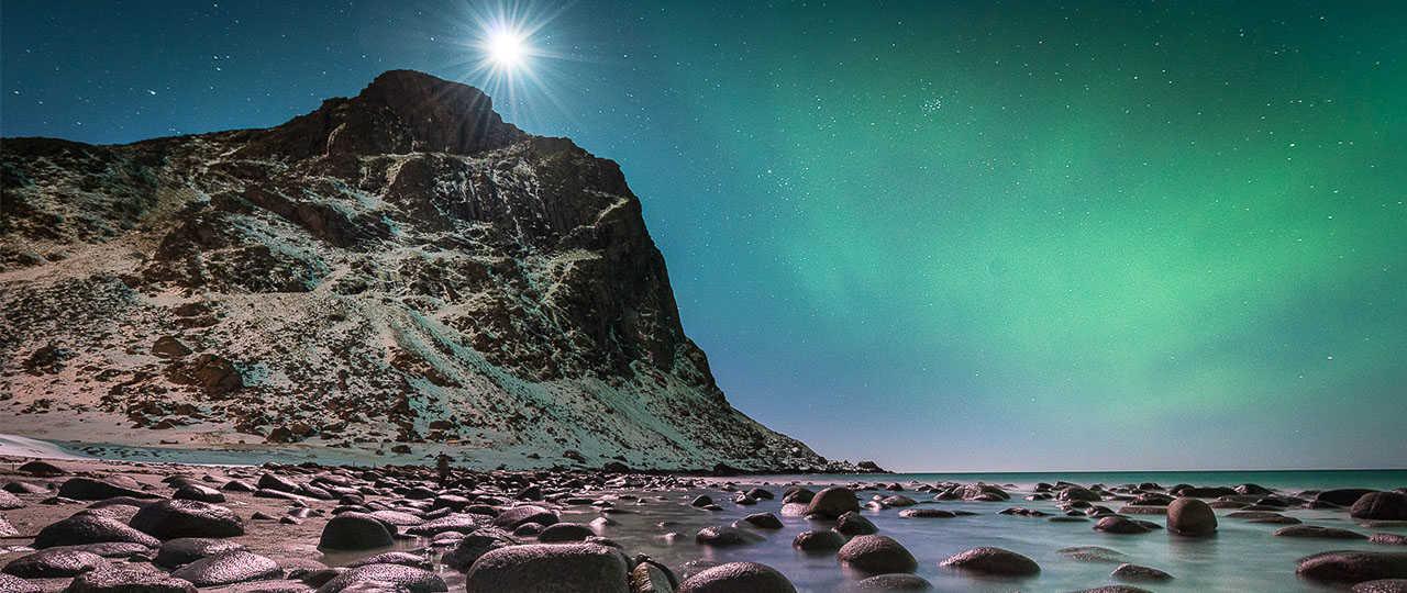 Aurores boréales sur l'océan en Norvège, Lofoten