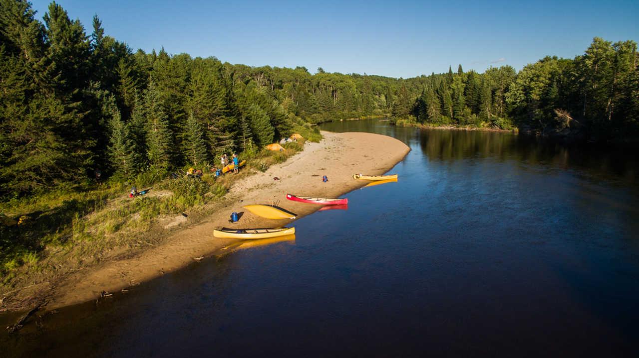 Bivouac en bord de rivière et canoës au Québec