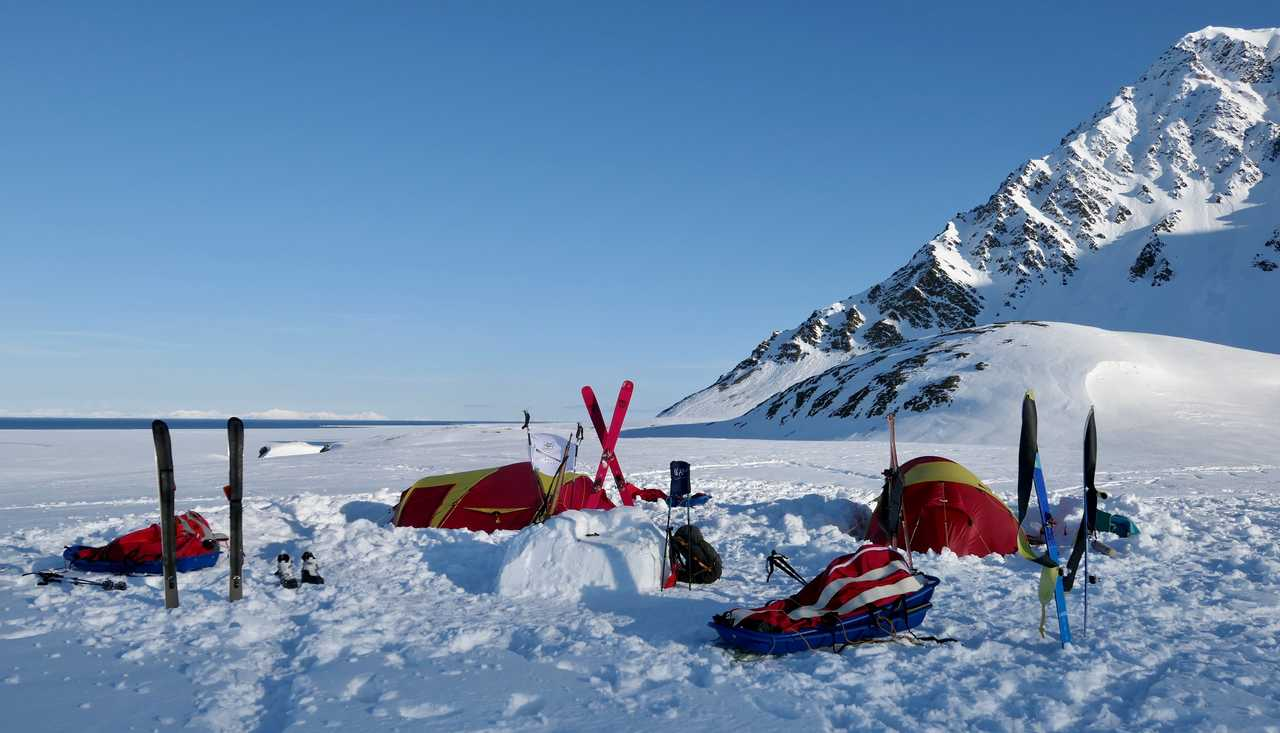 Camp dans la neige au Spitzberg