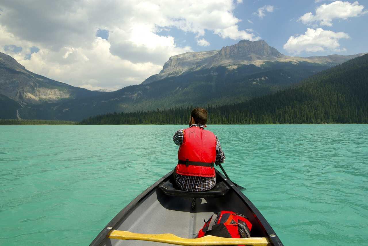 Canoe sur le lac émeraude au Canada