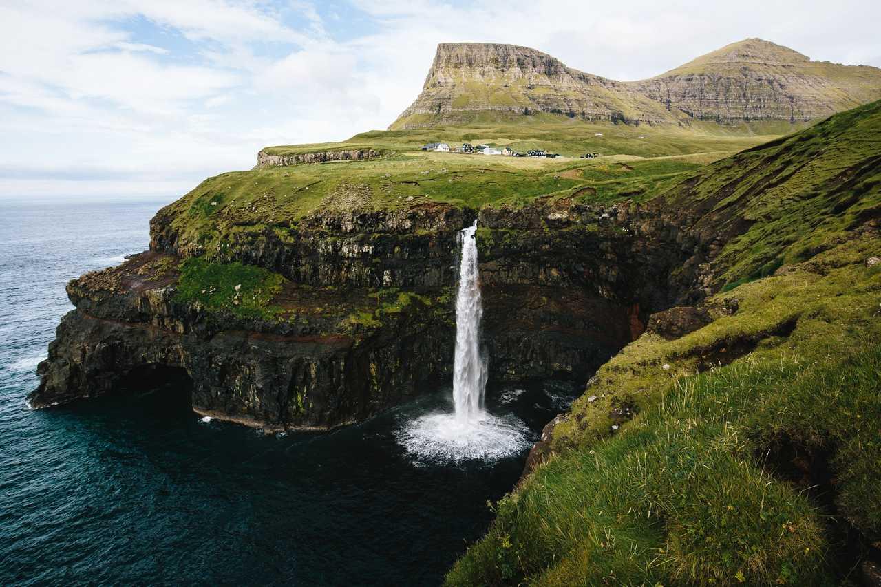 Cascade de Mulafossur à Gasadalur sur l'île de Vagar aux Féroé
