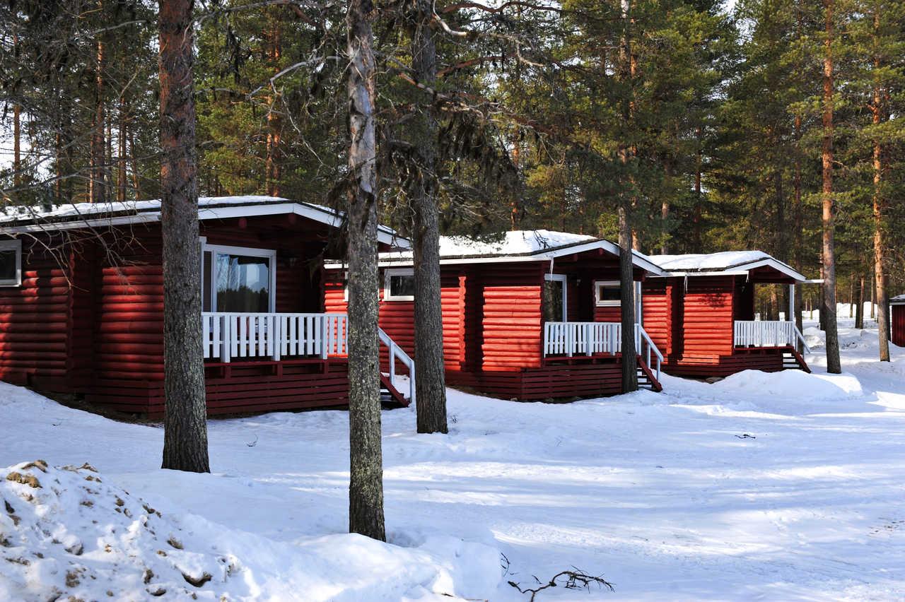 Chalets en bois en Finlande vue de l'extérieur