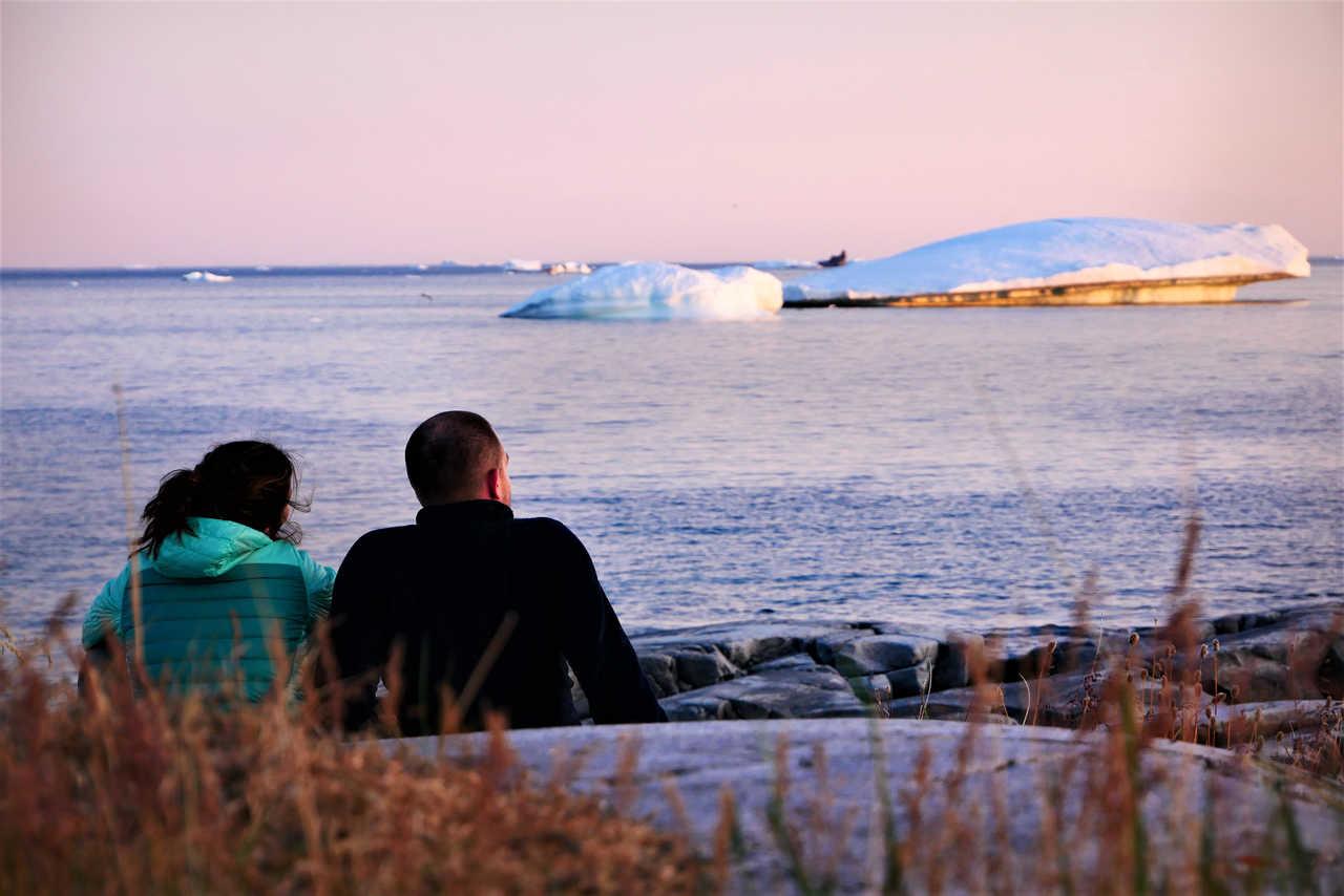 Coucher de soleil face aux icebergs au Groenland