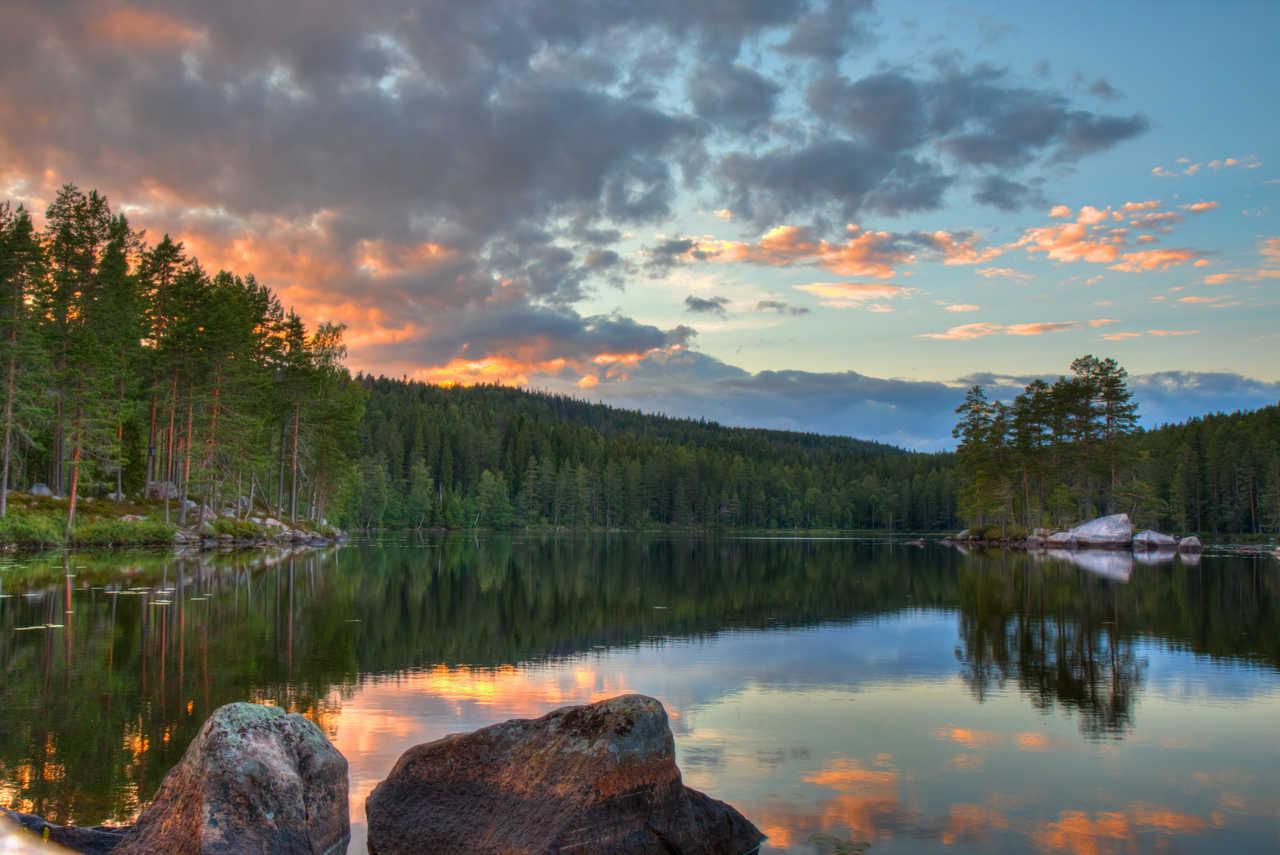 Coucher de soleil sur le lac en Suède