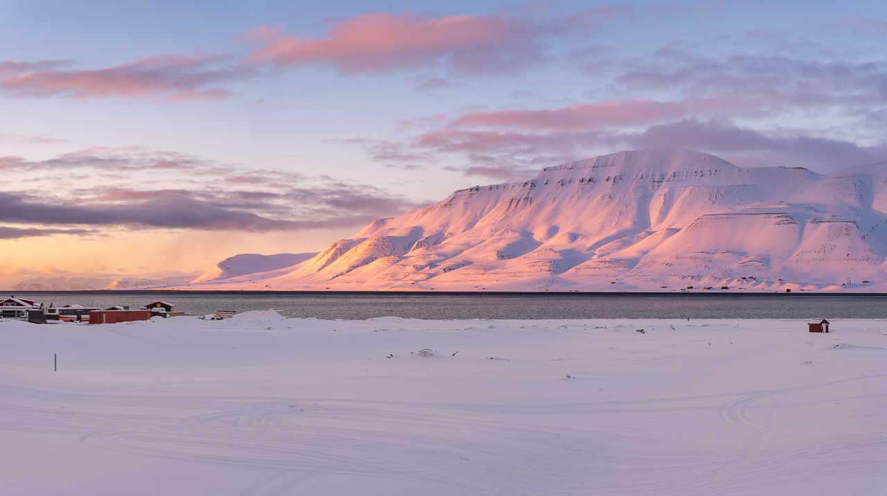 Coucher de soleil sur Longyearbyen au Svalbard