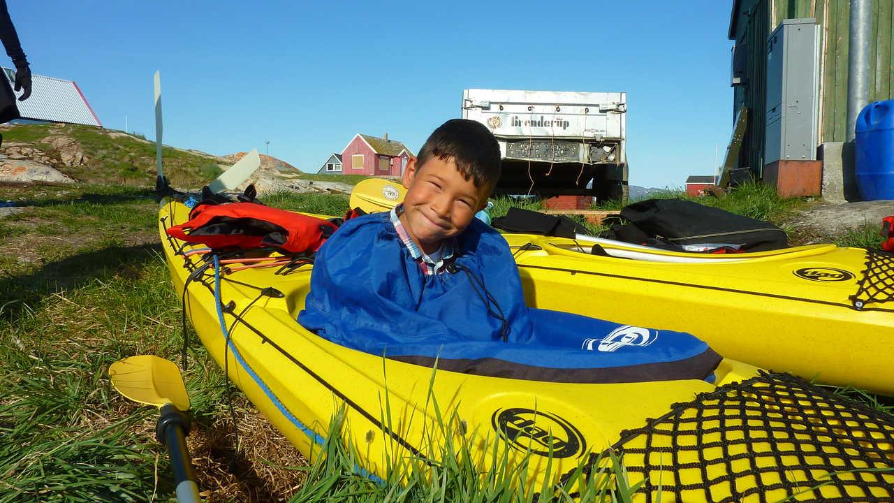 Enfant dans un kayak au Groenland