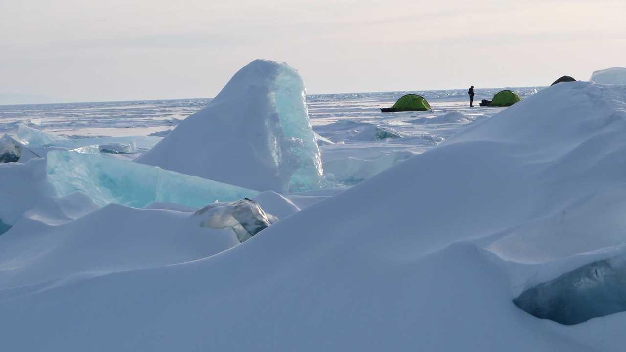 Glaces du lac Baikal en Sibérie, Russie