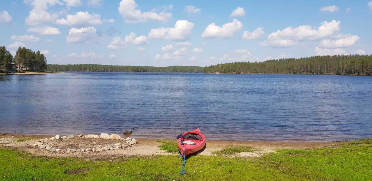 Kayak au bord du lac, Finlande, Laponie
