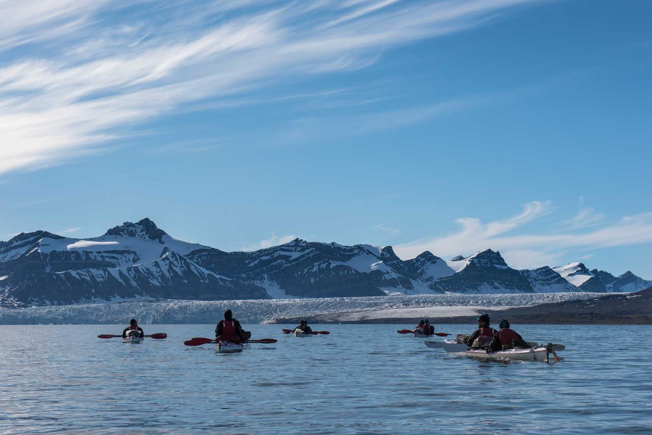 Kayak de mer dans la baie de Svéa, Svalbard