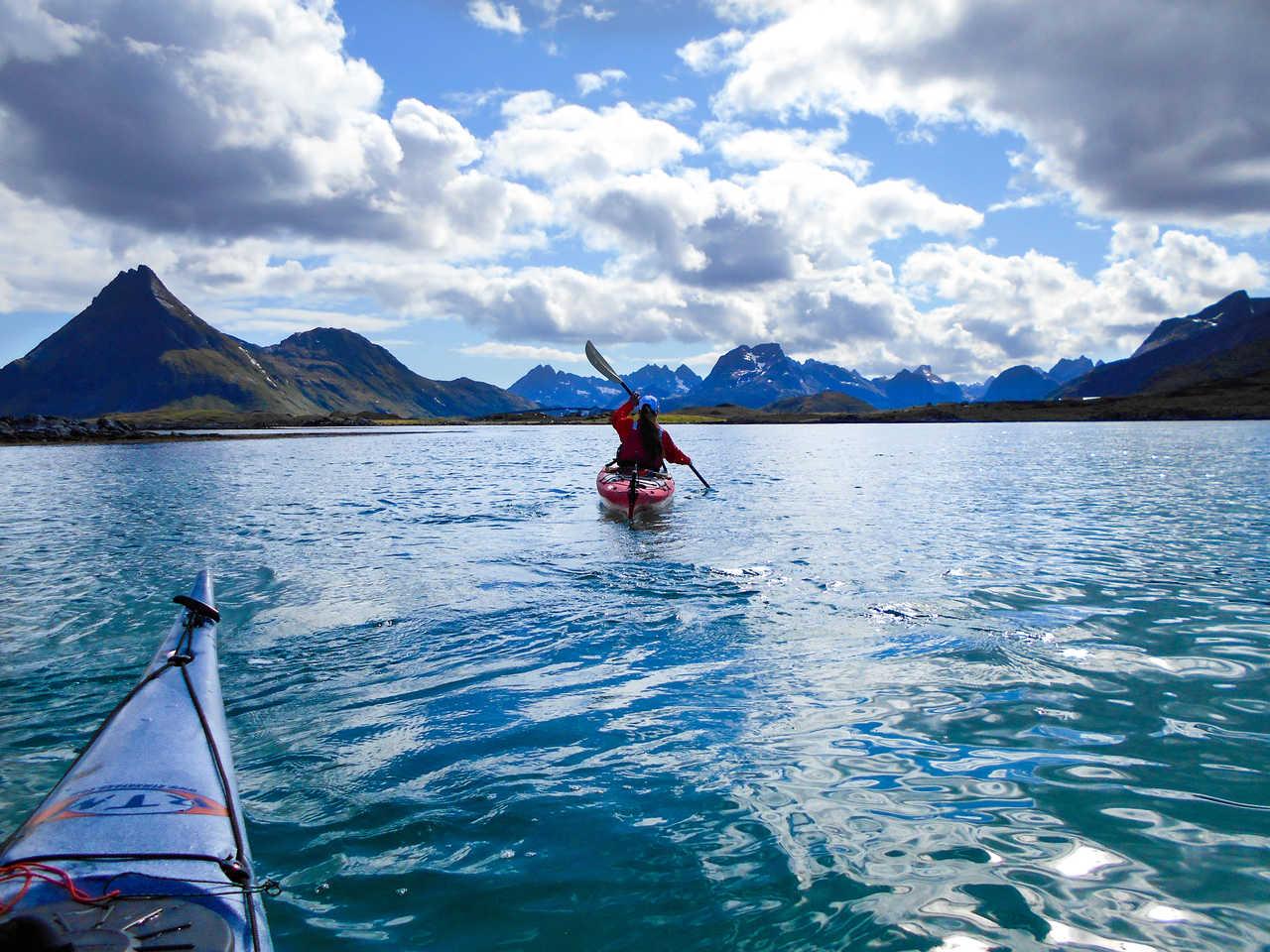 Kayak de mer dans les îles Lofoten, Norvège