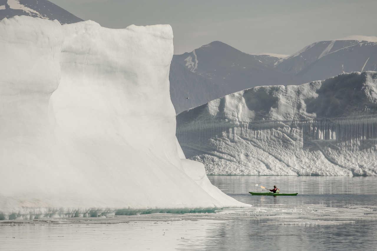 Kayak près de icebergs de l'Arctique