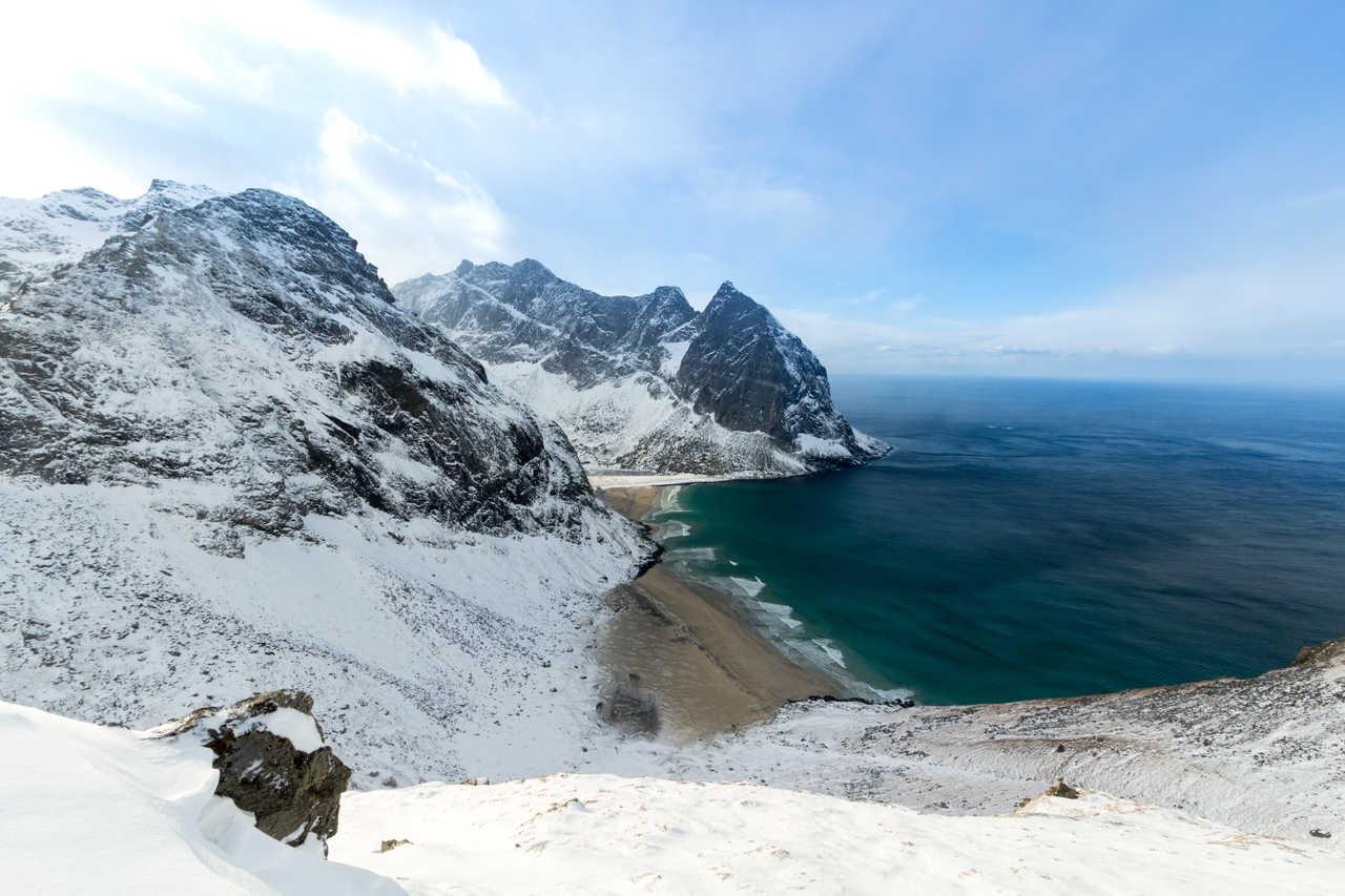 Kvalvika sous la neige en Norvège