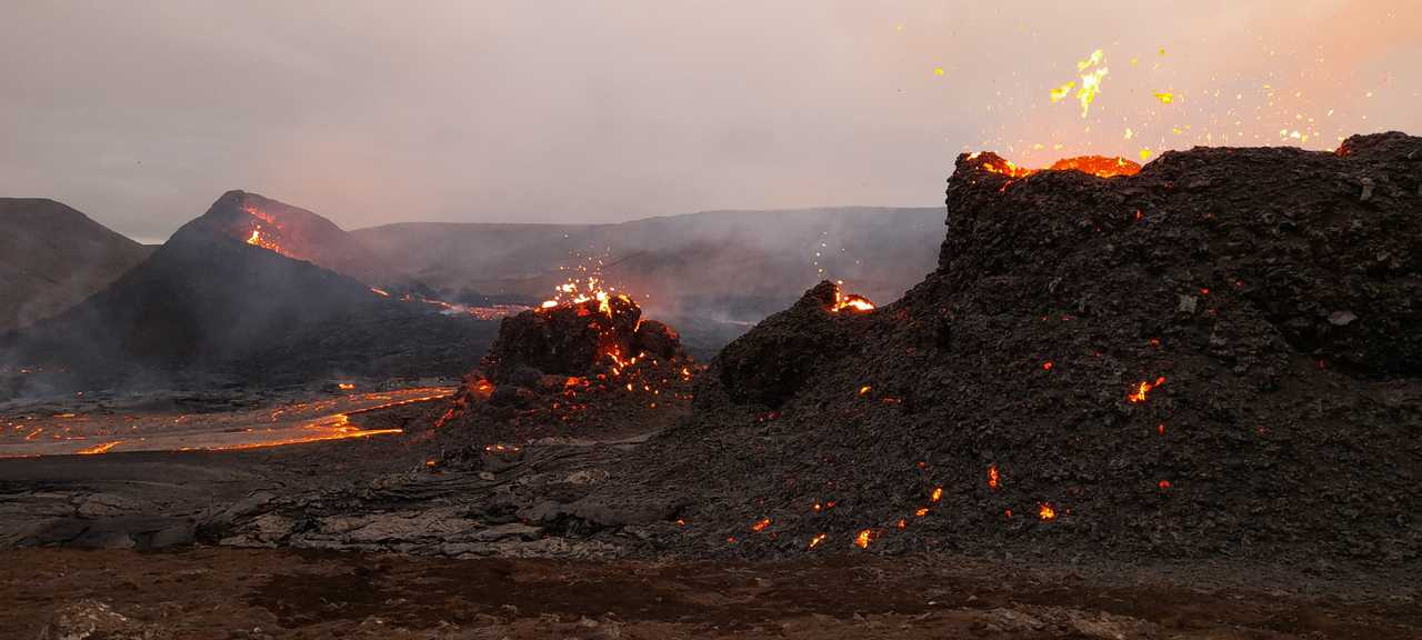 Champ de lave du volcan en éruption en Islande