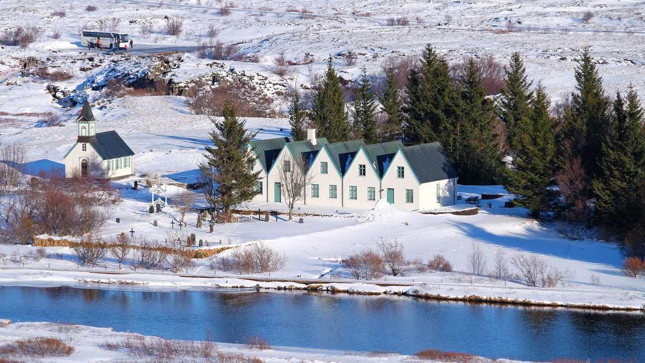 Maisons dans la neige d'islande