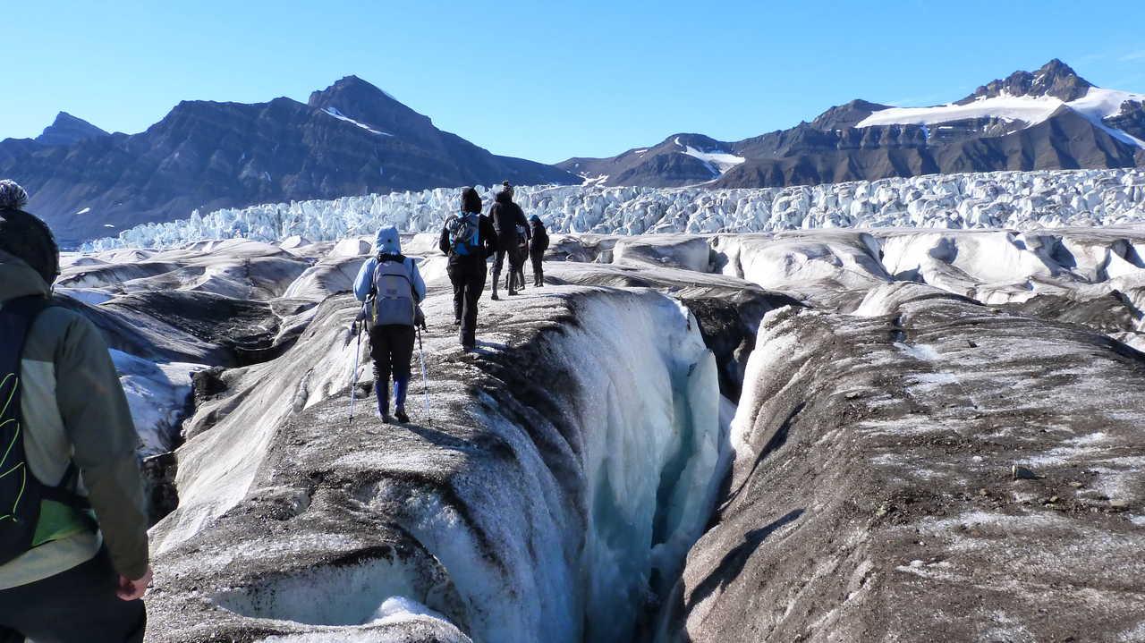 Marche sur le glacier de Svéa, Svalbard, Arctique