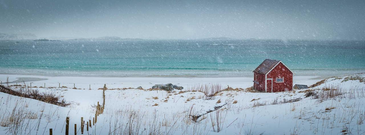 Plage de Ramberg sous la neige dans les îles Lofoten, Norvège
