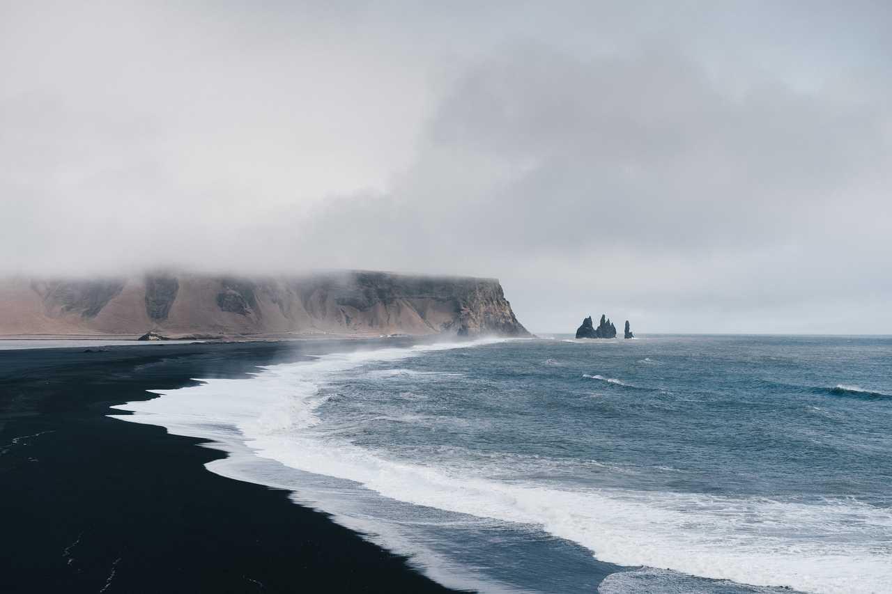 Plage de sable noir d'Islande à Vik
