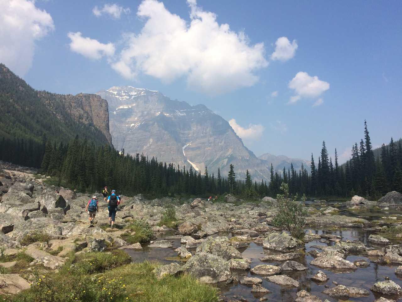Randonneurs dans le parc de Banff au Canada