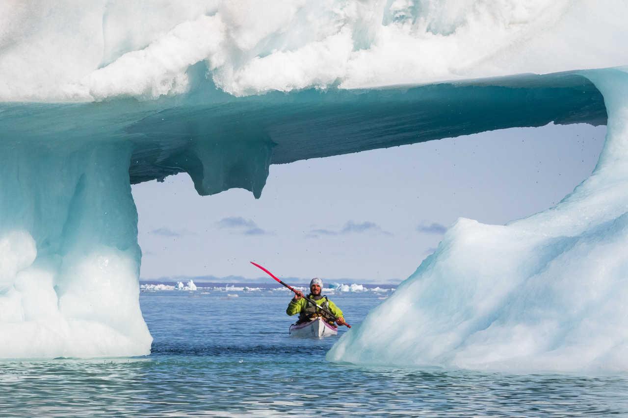 Kayak parmi les icebergs en Arctique, Svalbard