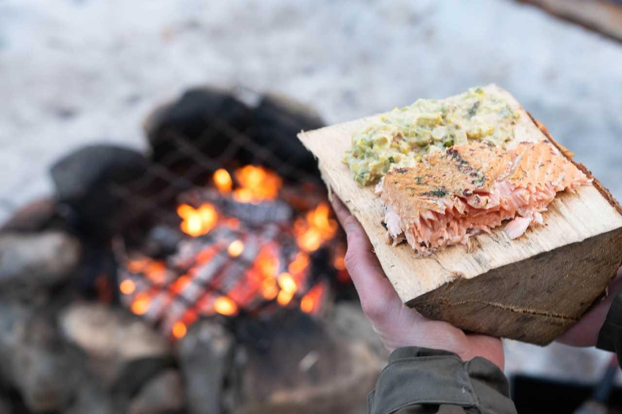 Repas dans la taiga au feu de bois