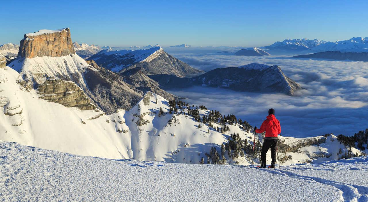 Randonneur sur les hauts plateaux du Vercors, vue sur le Mont Aiguille