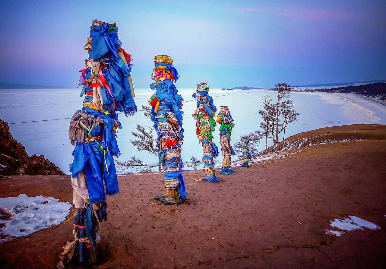 Totems chamanes sur l'île d'Olkhone