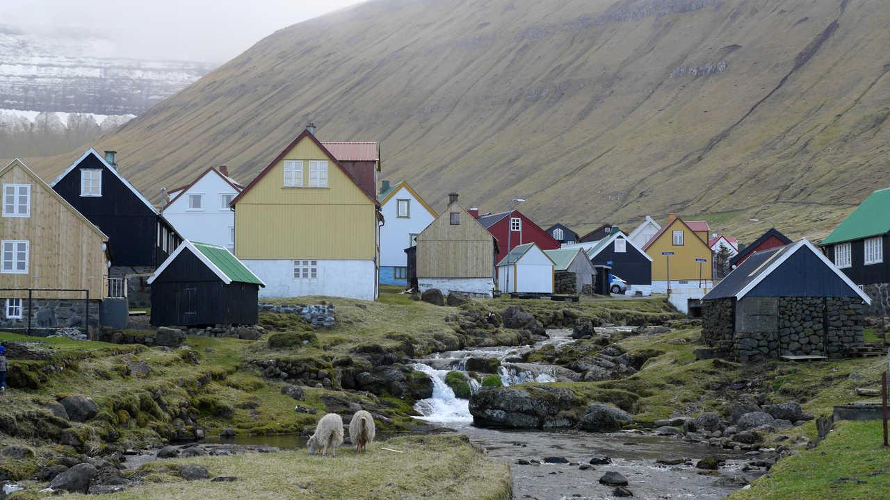 Village de Eidi aux îles Féroé sur l'île Eysturoy