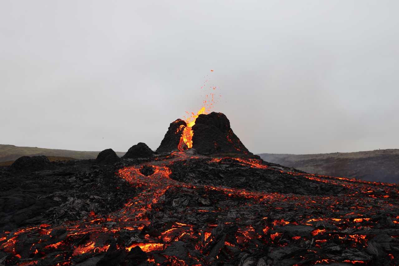 Lave du volcan en éruption islandais