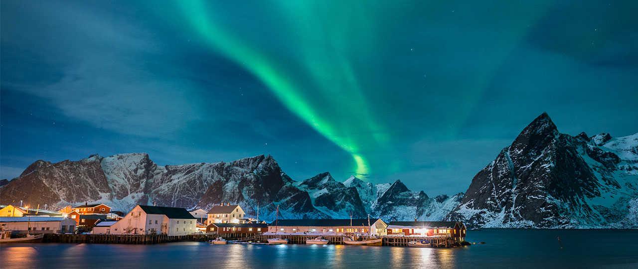 Aurores boréales à Reine, dans les Lofoten, Norvège du Nord
