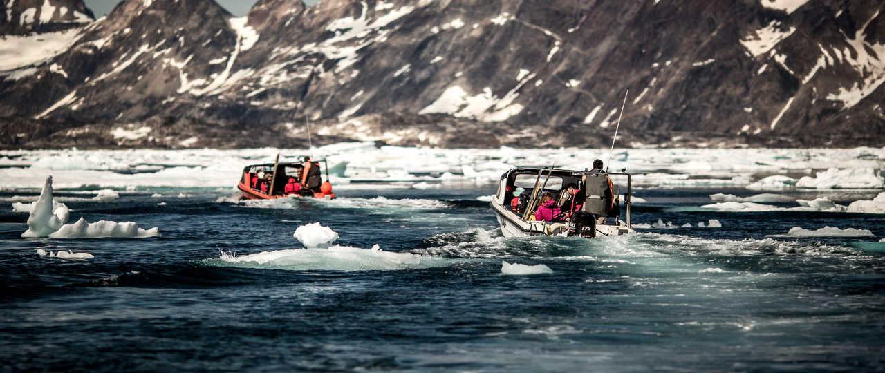 Bateau parmi les icebergs à l'Est du Groenland