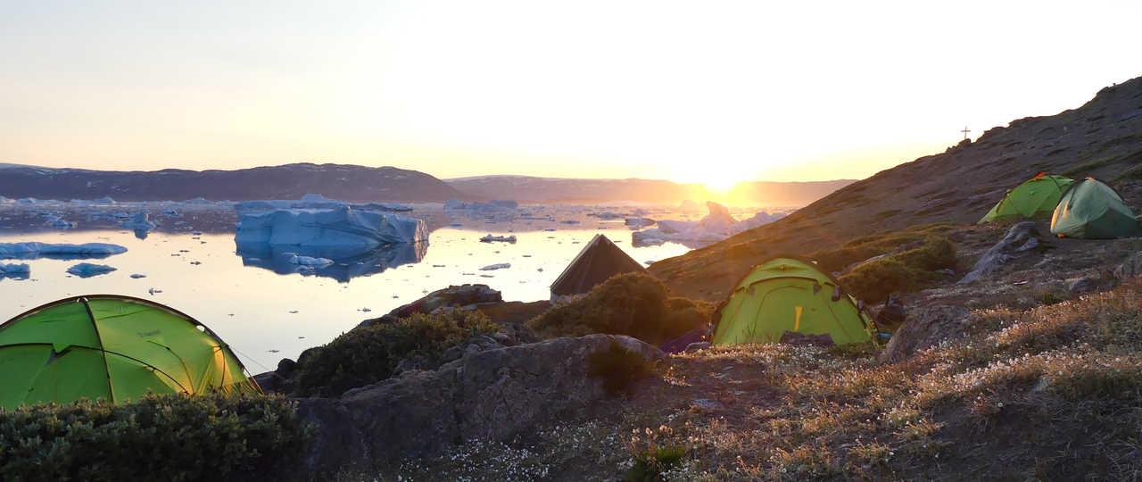 Camp sous le soleil de minuit au Groenland
