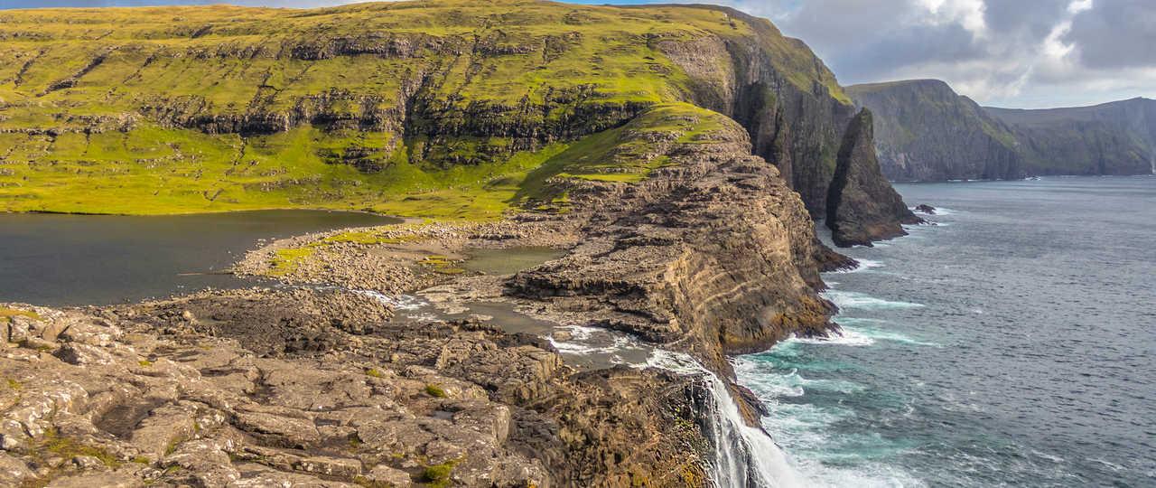 Cascade de Bosdalafossur sur l'île de Vagar aux Féroé