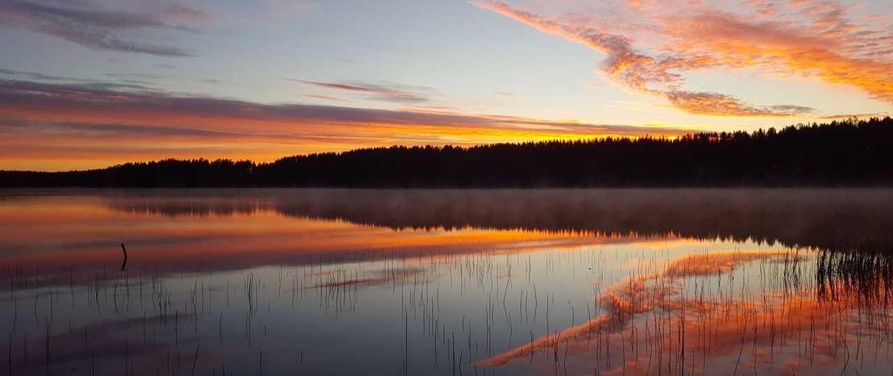 Coucher de soleil sur le lac en Finlande