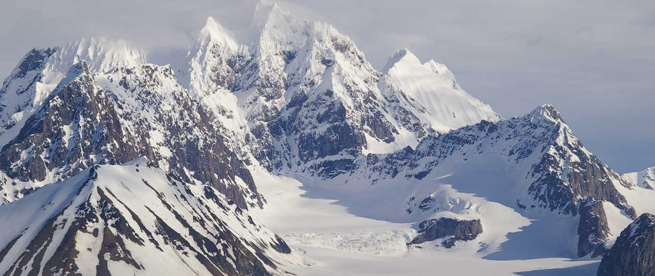 Photo des montagnes pointues Spitzberg