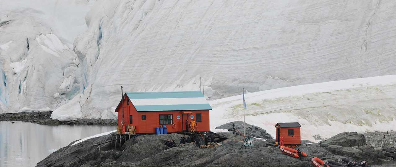 Photo d'une cabane lors d'une croisière polaire en antarctique