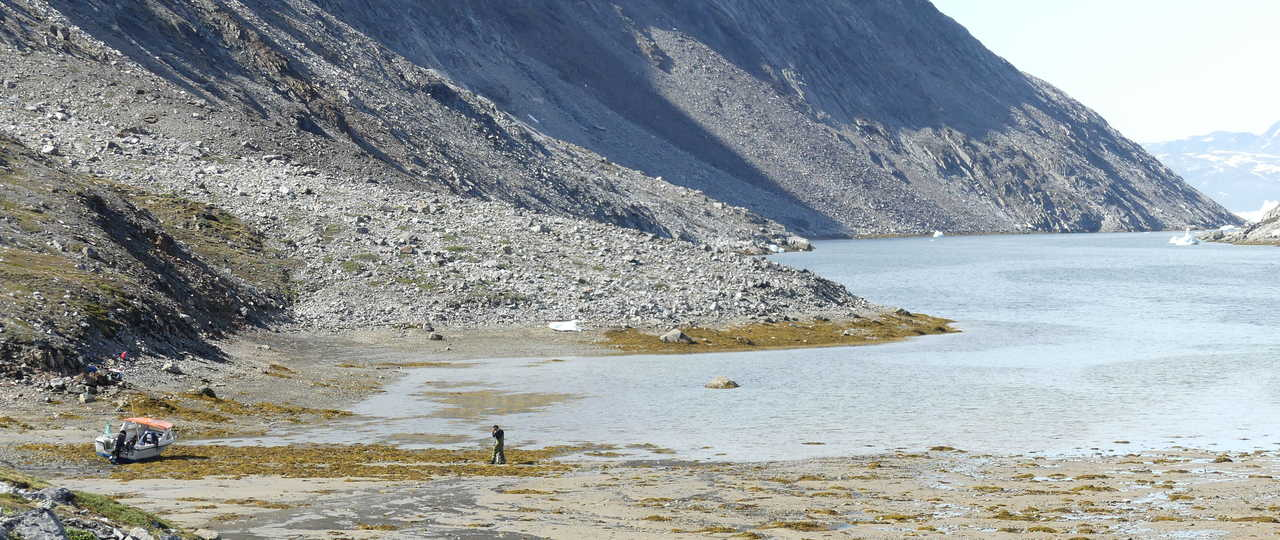 Dans les fjords profonds du Groenland, côte Est