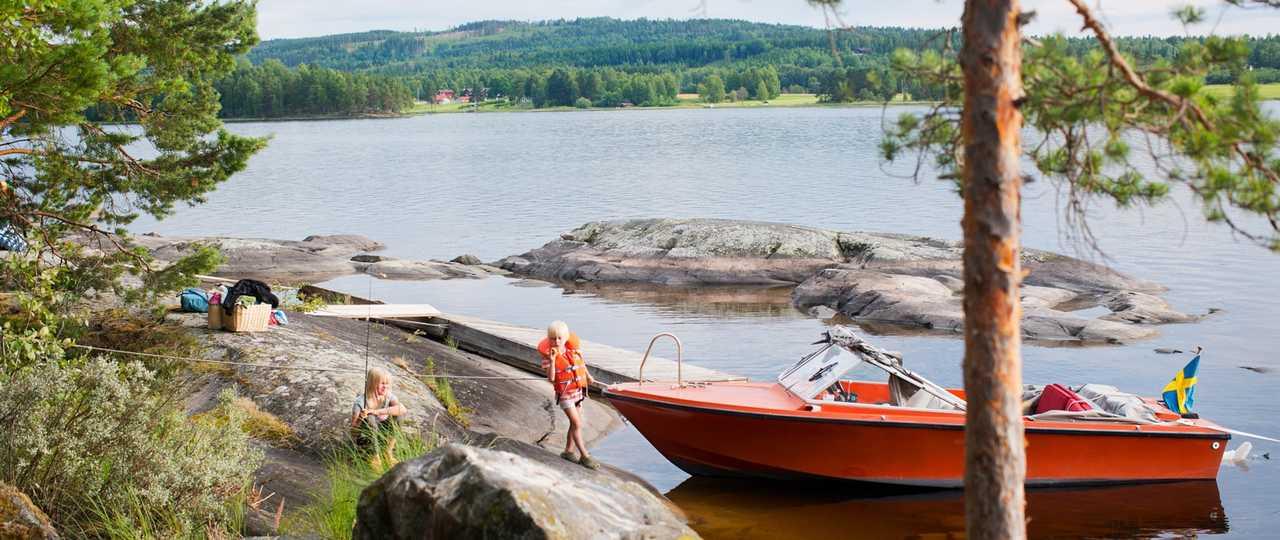 En bateau sur les lacs de Suède