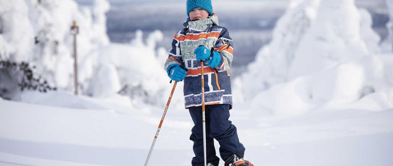 Enfant en raquettes en Laponie
