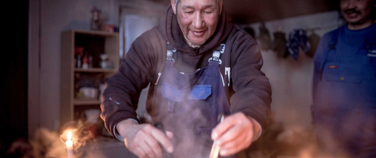 Guide Inuit qui cuisine au Groenland